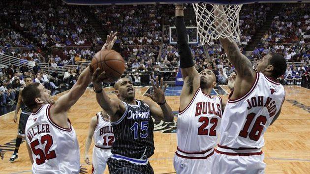Basketbalistu Orlanda Vince Cartera (15) neubránili ani tři hráči Chicaga.