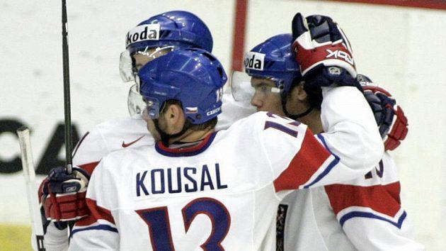 Čeští hokejisté do 20 let oslavují jednu z branek