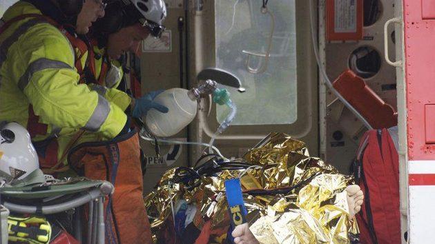 Lékaři pečují ve vrtulníku o Roberta Kubicu po těžké havárii v Rallye Rondo di Andora.