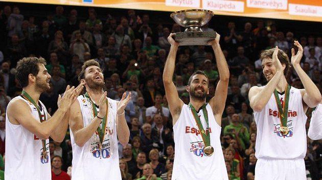 Španělští basketbalisté se radují z titulu.