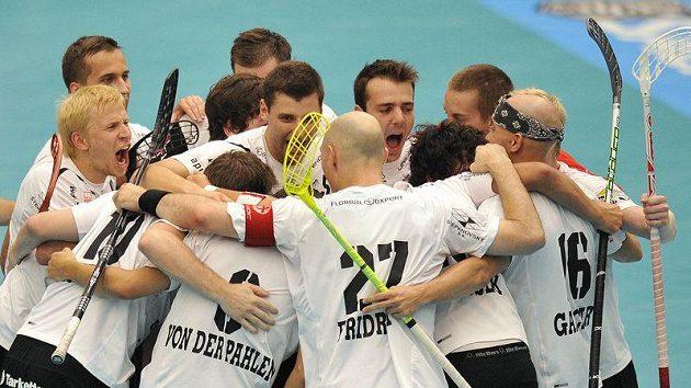 Florbalisté tatranu Střešovice oslavují branku vstřelenou švédskému týmu Storvreta IBK.