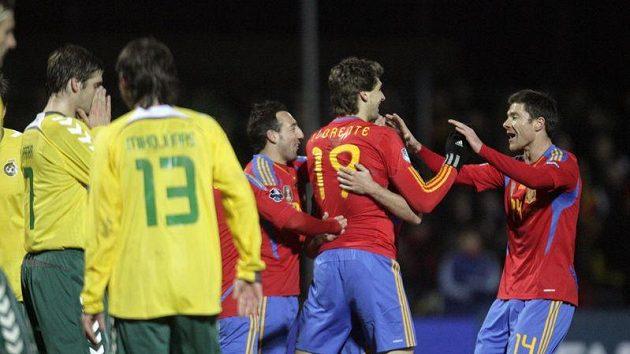 Fotbalisté Španělska oslavují branku proti Litvě