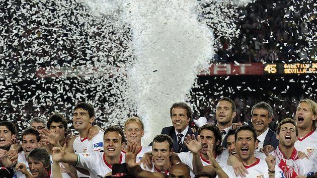 Hráči Sevilly slaví vítězství v poháru.