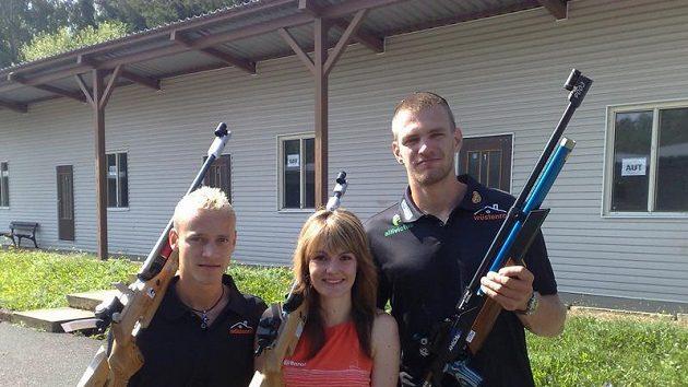 Kateřina Emmons si v Plzni při příležitosti závodu sportovců, novinářů a týmu finanční skupiny Wüstenrot, zastřílela i se skifařem Ondřejem Synkem (vpravo) a skokanem na lyžích Romanem Koudelkou.