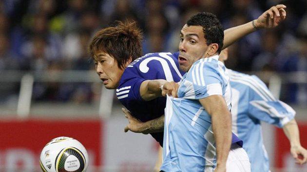 Yuzo Kurihara v boji s Carlosem Tevezem během přátelského zápasu Japonska s Argentinou.