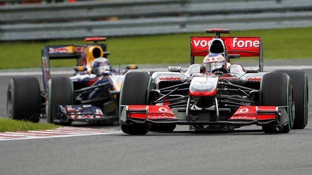Sebastian Vettel s vozem Red Bull (vzadu) pronásleduje Jensona Buttona s mcLarenem při Velké ceně Belgie.