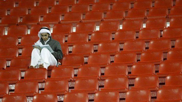 Místa je tu dost, i klid na čtení. Tak také může vypadat hlediště asijského fotbalového šampionátu...