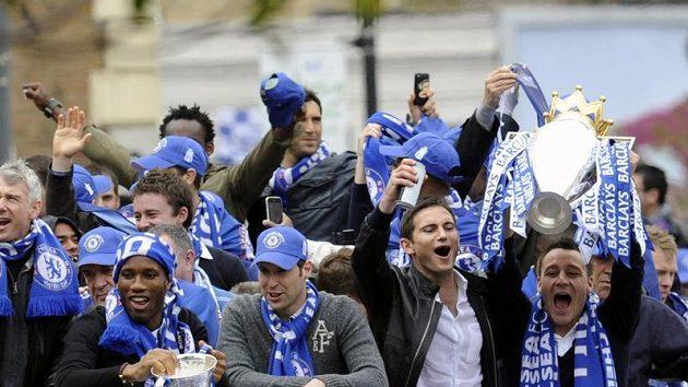 Triumfální jízda Chelsea ulicemi Londýna na oslavu loňského double - vpředu zleva Drogba, Čech, Lampard a Terry.