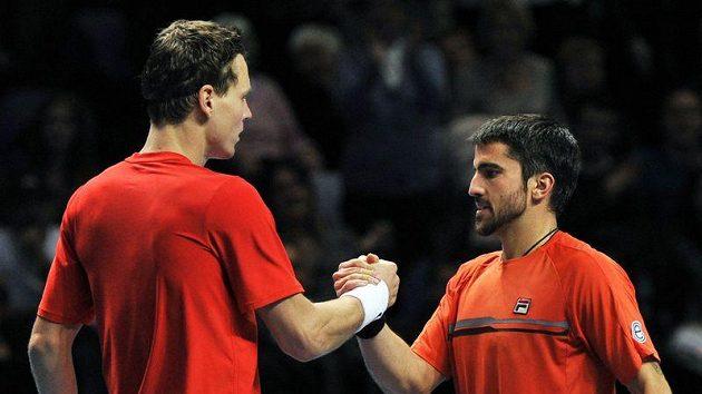 Tomáš Berdych podává ruku Janku Tipsarevičovi poté, co vybojoval první výhru na letošním Turnaji mistrů.