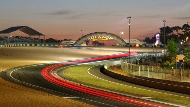 Svítání nad okruhem La Sarthe při závodu 24 hodin Le Mans.