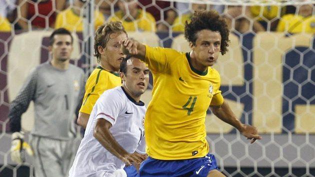 Brazilec David Luiz (vpravo) v boji o míč s Američanem Landonem Donovanem v přátelském zápase v East Rutherfordu.