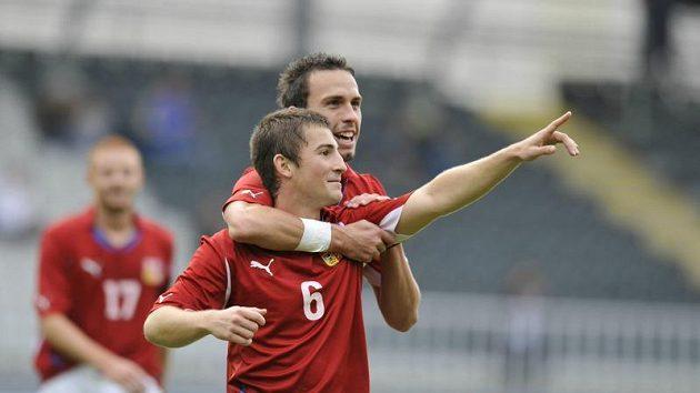 Čeští hráči Lukáš Vácha (vpředu) a Jan Vošahlík se radují z gólu.
