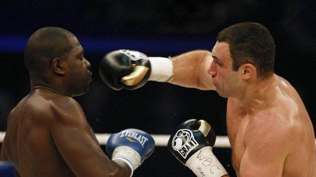 Ukrajinský boxer Vitalij Kličko zasazuje úder Kevinu Johnsonovi