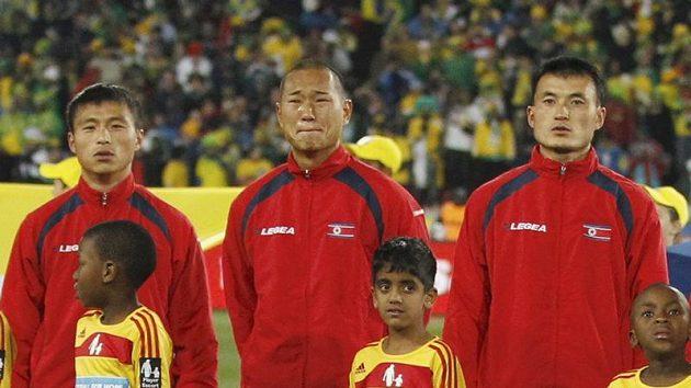 Korejský fotbalista Čong Te-se (uprostřed) před zápasem s Brazílií
