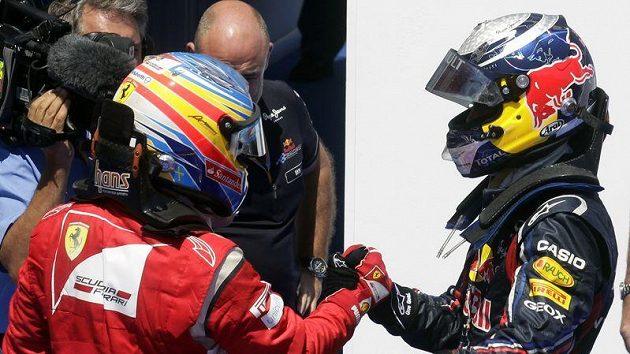 Sebastian Vettel (vpravo) ve Valencii potvrdil svou letošní suverenitu ve formuli 1. Fernandu Alonsovi nezbylo než v cíli pokorně pogratulovat.