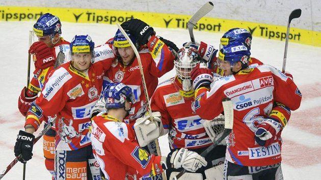 Radost pardubických hokejistů po druhém vítězství na ledě Zlína.