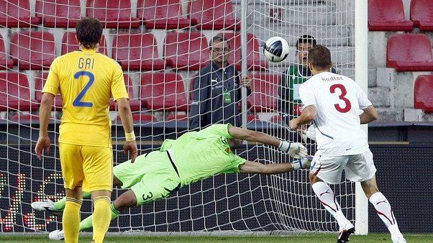 Michal Kadlec otevírá z penalty skóre přátelského utkání s Ukrajinou.