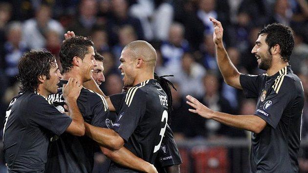 Fotbalisté Realu Madrid se radují z branky.