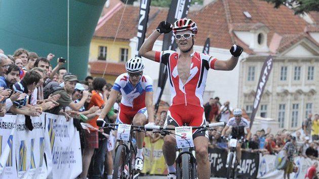 Jihoafričan Burry Stander oslavuje triumf v 18. ročníku závodu Pražské schody. Jako druhý protíná cíl Jaroslav Kulhavý.