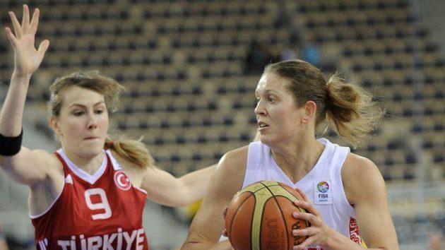 Ruskou basketbalistku Olgu Artěšinovou (vpravo) brání ve finále mistrovství Evropy Gulsah Akkayaová z Turecka.