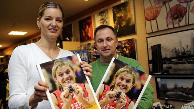 Trenér českých basketbalových reprezentantek Lubor Blažek a hráčka Eva Vítečková pokřtili 14. října v Praze knihu Stříbro s chutí zlata.