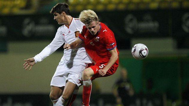 Tomáš Kalas (vpravo) v souboji se Španělem Moratou ve finále ME fotbalistů do 19 let.