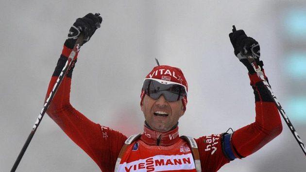 Biatlonista Ole Einar Björndalen z Norska se raduje z vítězství v Oberhofu.