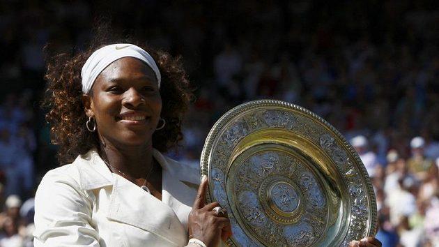 Americká tenistka Serena Williamsová s trofejí pro vítězku Wimbledonu
