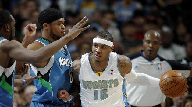 Basketbalista Denveru Carmelo Anthony (vpravo) se probíjí přes hráče Minnesoty.