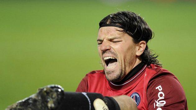Brankář Grégory Coupet z Paris St. Germain si přivodil otevřenou zlomeninu.