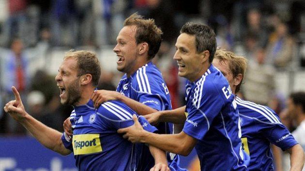 Fotbalisté Sigmy se radují z třetího gólu Michala Hubníka (vlevo), dále zleva Jakub Petr a Tomáš Janotka.