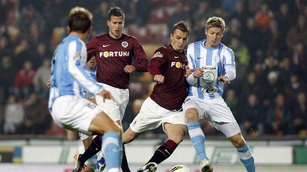 Sparťan Peter Grajciar (uprostřed) v utkání proti Mladé Boleslavi