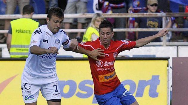 Milan Petržela z Plzně (vpravo) bojuje o míč s Vítem Valentou ze Slovácka.