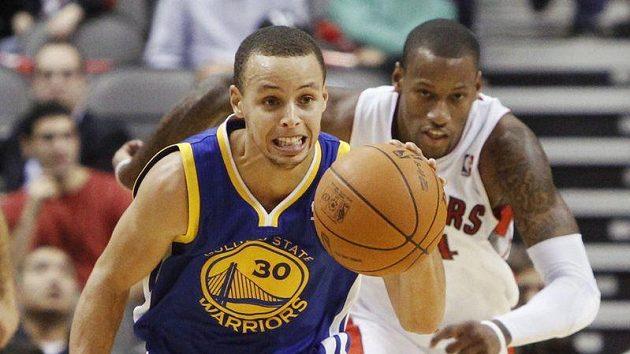 Stephen Curry (vlevo) si sundal ortézu a perlil.