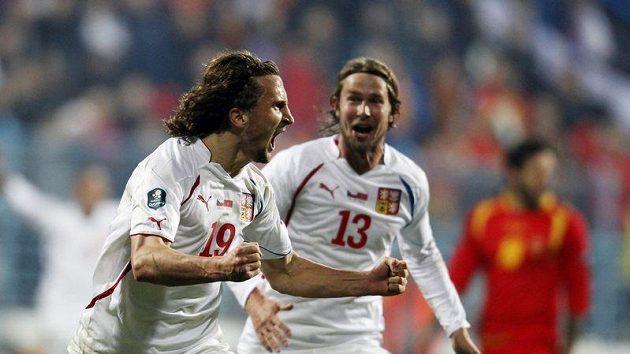 Petr Jiráček a Jaroslav Plašil se radují z vítězného gólu v Černé Hoře.