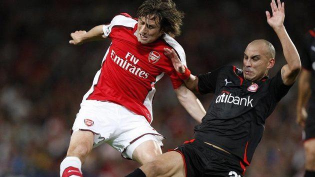 Fotbalista Tomáš Rosický z Arsenalu v souboji o míč.