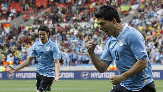 Uruguayec Luis Suárez (vpravo) zazářil na loňském MS v Jižní Africe.