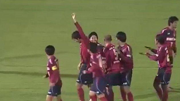 Uedovi spoluhráči oslavují gól hlavičkou z rekordní vzdálenosti.