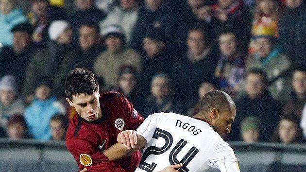 Sparťan Kamil Vacek (vlevo) bobjuje o míč s Davidem Ngogem z Liverpoolu.
