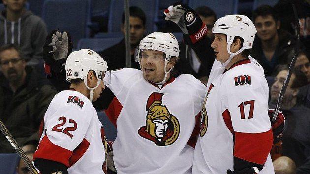 Hokejista Ottawy Senators Milan Michálek oslavuje gól do sítě New Yorku Islander se spoluhráči Filipem Kubou (vpravo) a Chrisem Kellym.