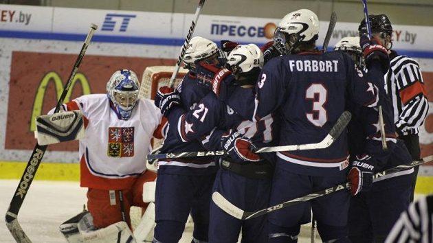 Radost amerických mladíků po vítězství nad českým výběrem. V pátek už slavili obhajobu titulu.