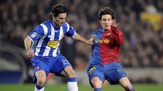 Dani Jarque (vlevo) na archivním snímku z barcelonského derby v souboji s Lionelem Messim.