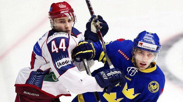 Nikolaj Belov z Ruska (vlevo) v souboji se Švédem Mattiasem Sjogrenem.