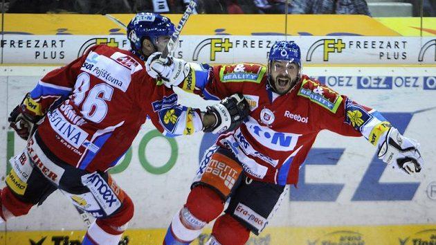 Pardubický David Havíř (vpravo) se raduje z branky v prodloužení v semifinále na ledě Liberce.