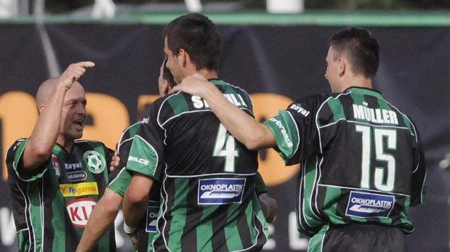 Fotbalisté Příbrami se radují z gólu.