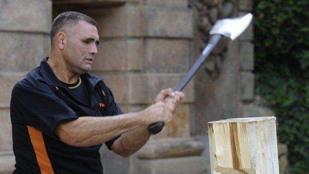 Novozélandský sportovní dřevorubec Jason Wynyard předvedl