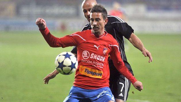 Plzeňský Milan Petržela (vpředu) si kryje míč před Lukášem Pleškem z Příbrami.