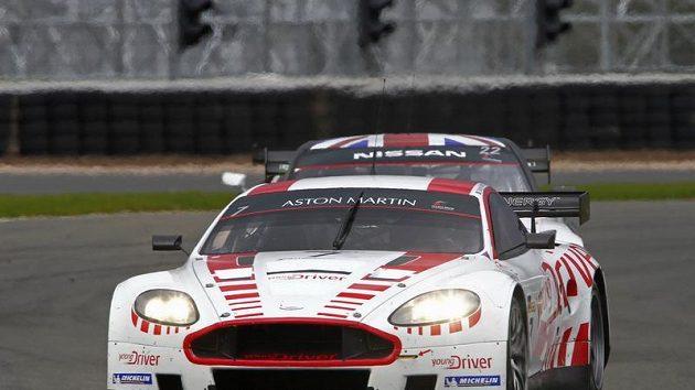 Tomáš Enge s vozem Aston Martin DBR9 při závodu mistrovství světa GT1 na okruhu v Silverstonu.