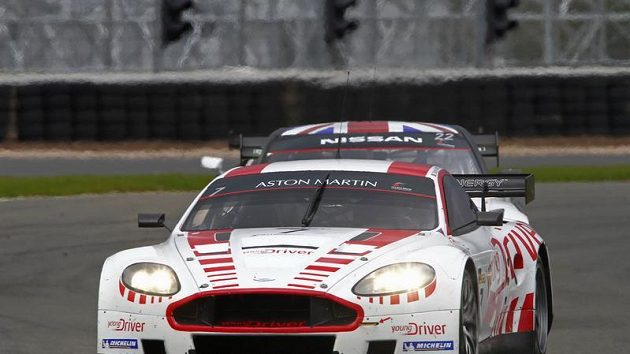 Tomáš Enge s vozem Aston Martin DBR9.