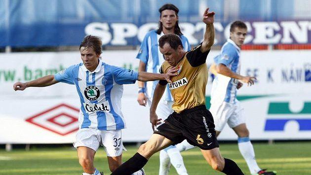 Lukáš Opiela z Mladé Boleslavi (vlevo) bojuje o míč se Zdeňkem Šenkeříkem z Baníku Ostrava.